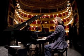 Roberto Cacciapaglia, compositore delle musiche dell'Albero della Vita di Expo durante una performance