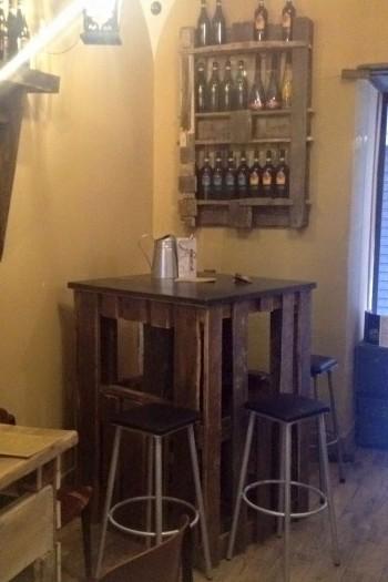 Sgabelli e tavolino creati con oggetti di recupero