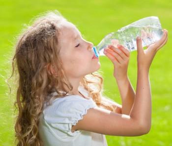 Per un'abbronzatura consapevole serve bere almeno un litro e mezzo di acqua al giorno, Image by iStock