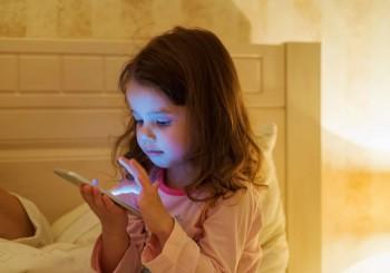Guardare lo smartphone al buio può portare alla cecità preventiva, Image by iStock