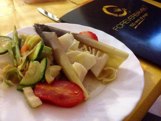 Un piatto con germogli di bambù