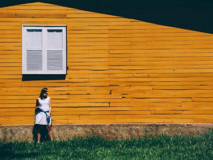 Donna in vacanza con ecobnb