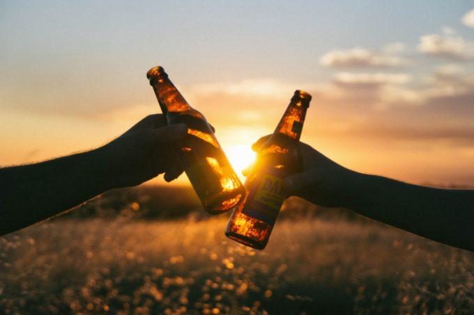 Bere Alcol: brindisi con una birra