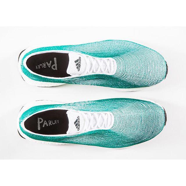 Le scarpe realizzate con i rifiuti plastici vanno a ruba