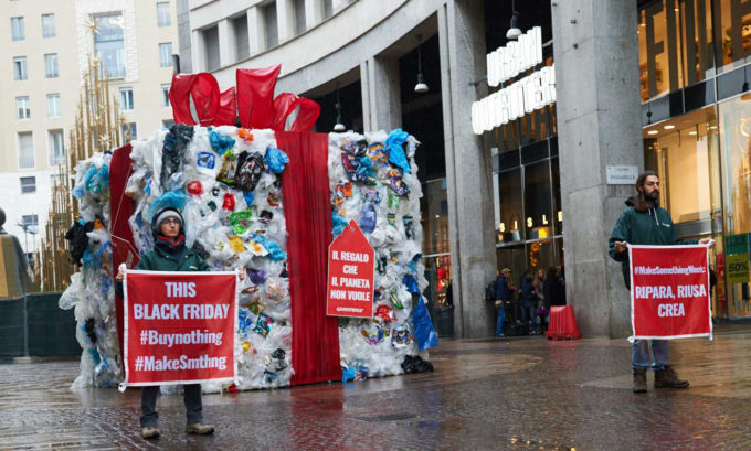 black friday, greenpeace, plastica