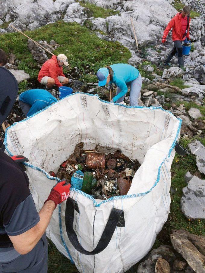 Ticino sacchetto di plastica rispetto per la natura riscaldamento globale rifiuti raccolta dei rifiuti progetto «Sherpa» plastica piste da sci montagne inquinamento Federazione alpinistica ticinese Clean up Tour Alice Laurin