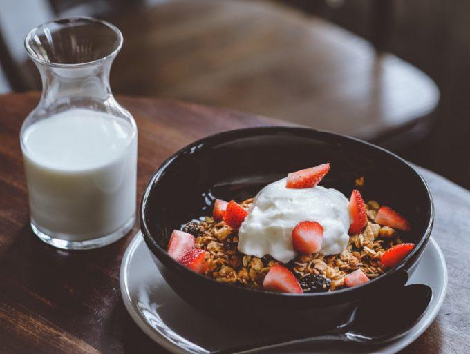 Colazione con Yogurt, frutta e cereali