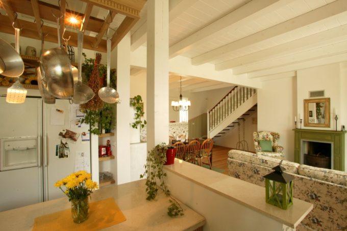 Interno casa costruita e arredata secondo i principi della bioediliza e della casa vegan