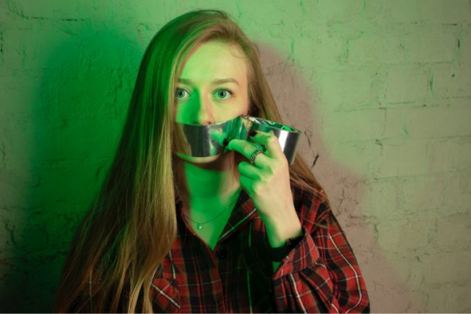 donna con scotch sulla bocca