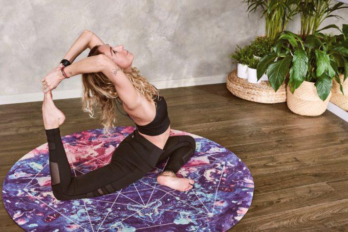 Donna che fa Yoga in casa
