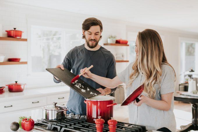 Uomo e donna in cucina