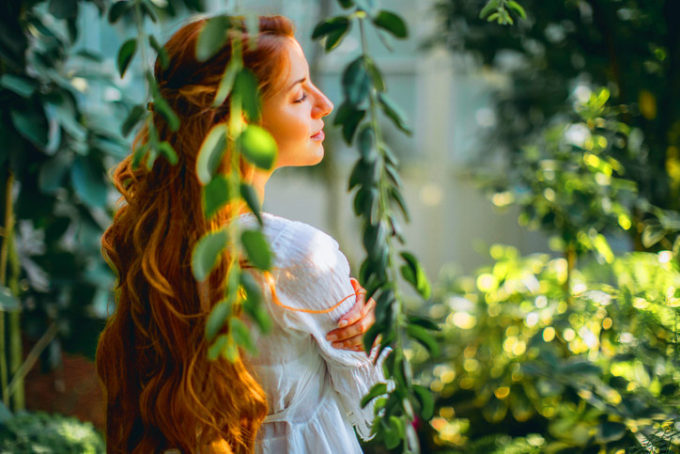 Donna relax in giardino