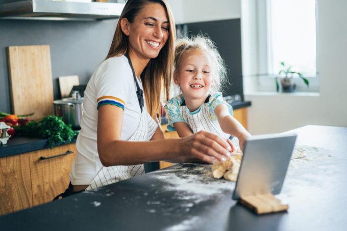 Mamam e figlia creano in cucina