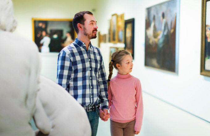 Padre e figlia visitano un museo