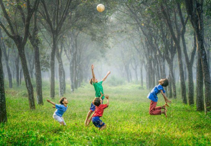 Bambini giocano nel bosco