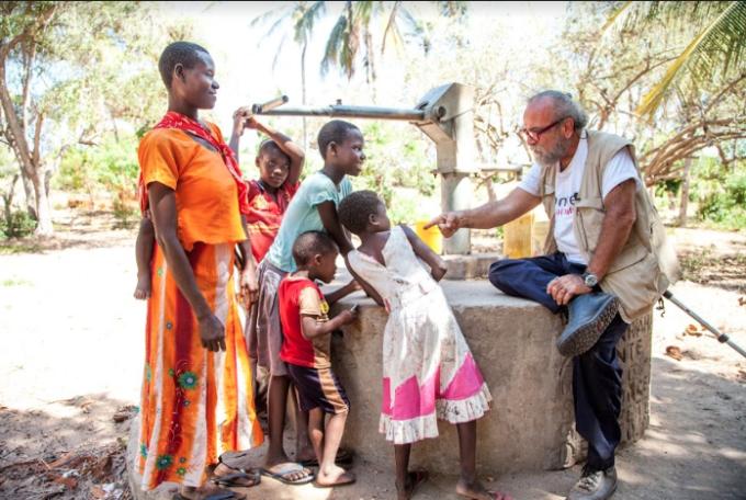 L'attore Giobbe Covatta con alcuni bimbi in Africa