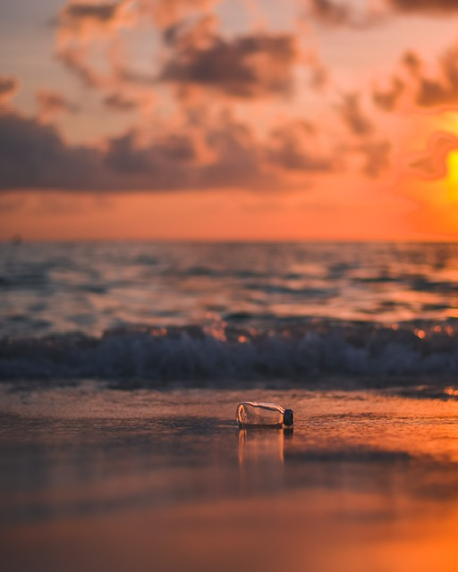 bottiglia di plastica in mare