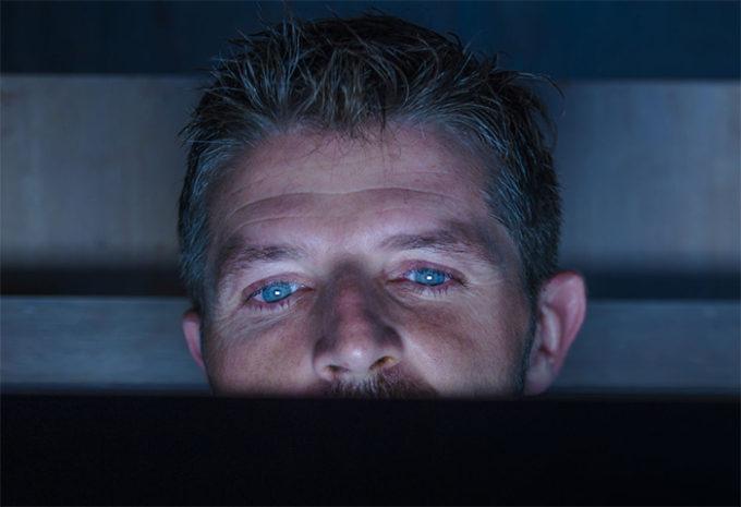 Uomo davanti al pc con occhi stanchi