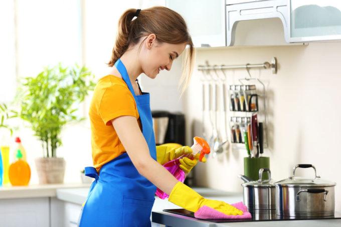 Donna che fa le pulizie in cucina