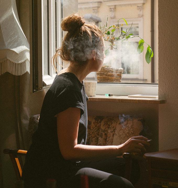 donna in casa alla finestra