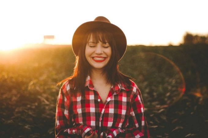 donna felice con sorriso
