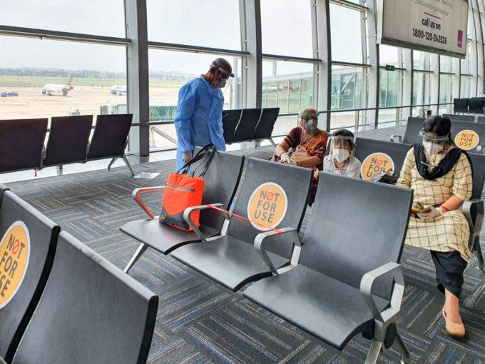 Persone con mascherina in aeroporto