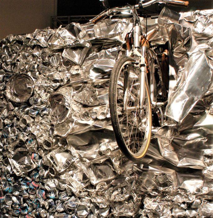 Bicicletta ricavata da lattine usate
