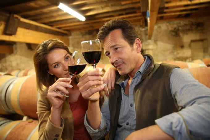 Persone che bevono da un calice di vino