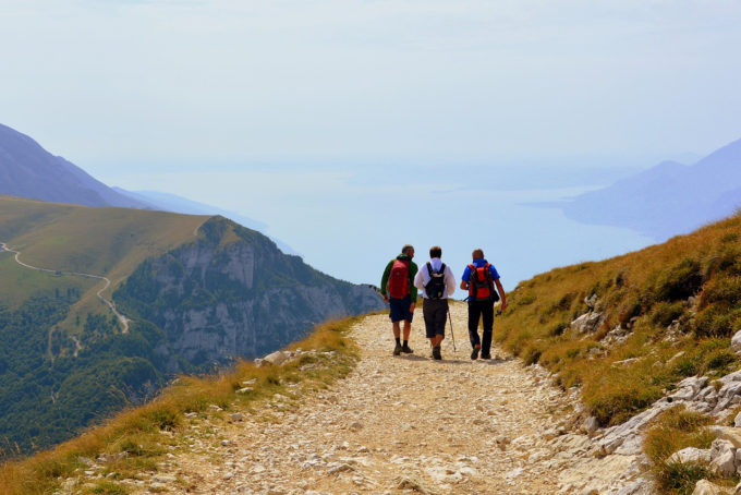 Sentieri di montagna, uomini che camminano