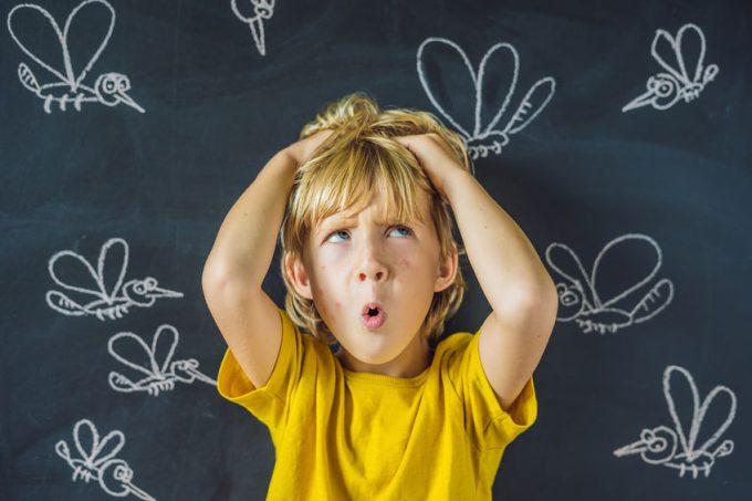 bambino su sfondo disegnato di zanzare