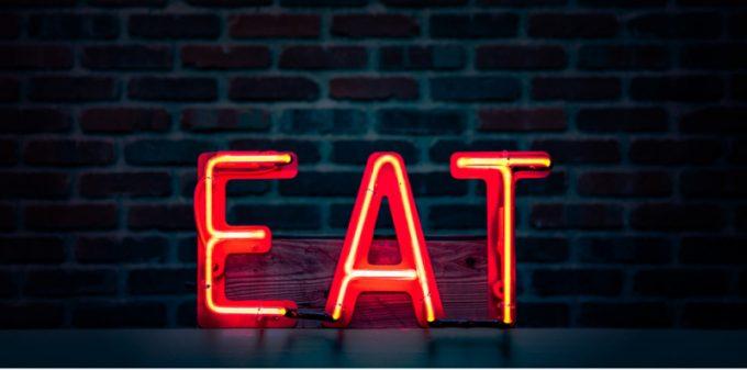 """Insegna luminosa con scritto """"Eat"""""""