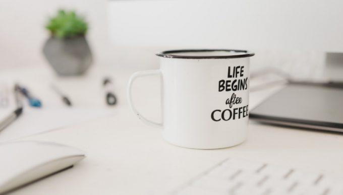 """tazza di caffè con scritto """"Life begins after coffee"""""""