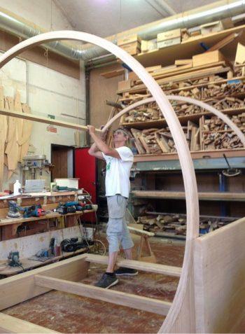 Oliviero tomasoni che lavora il legno
