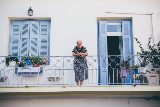 donna anziana sul balcone di casa