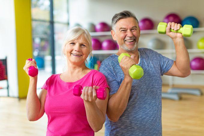Anziani fanno ginnastica dolce