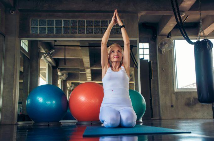 Ginnastica dolce: anziana che fa yoga