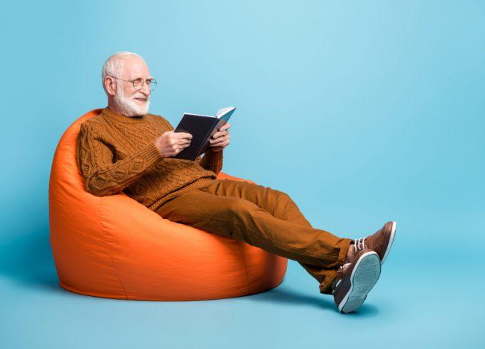 Anziano che studia