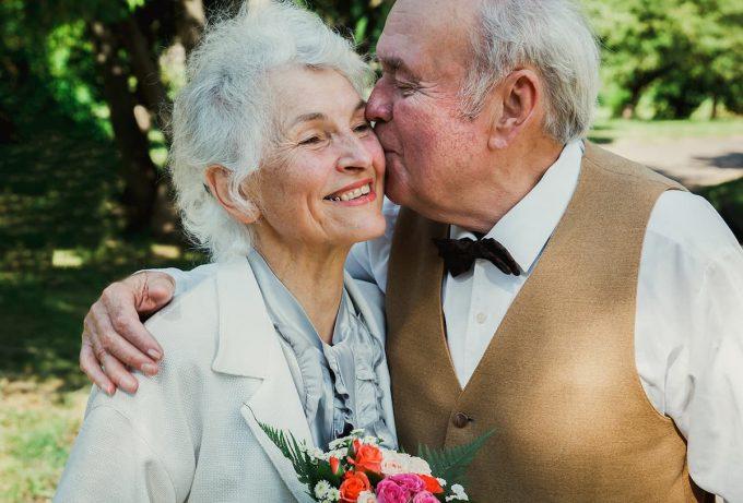 Anziani che si baciano