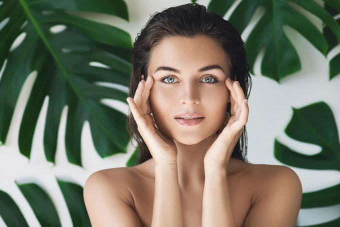 Donna che fa beauty routine con crema anti-age