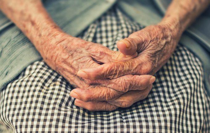 Le mani di una donna anziana