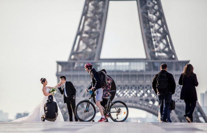 Bicicletta e tour eiffel sullo sfondo