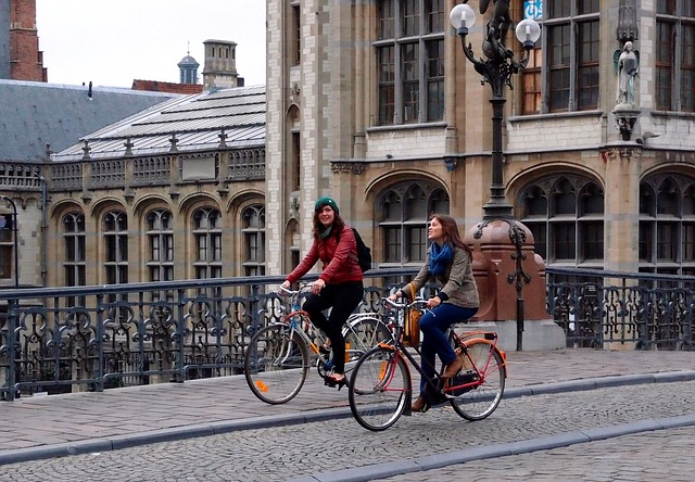 Bike to work: ragazze in bicicletta
