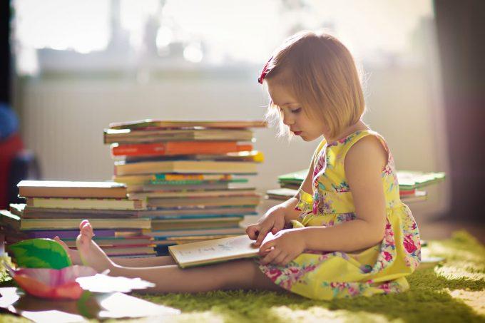 bambina che legge