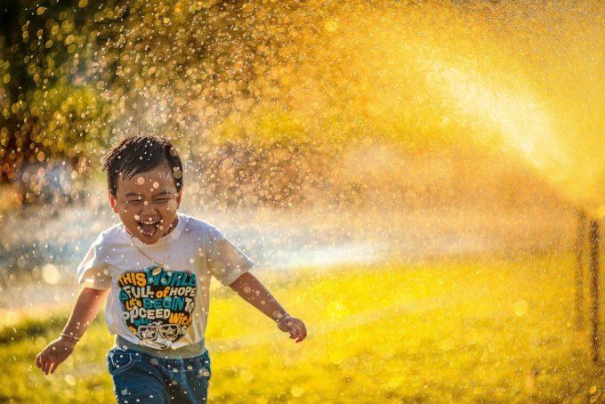 Bambino felice in estate