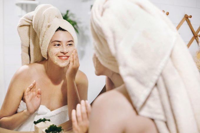 ragazza che fa lo scrub al viso