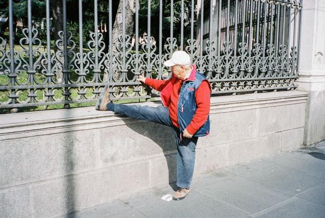 anziano che fa stretching