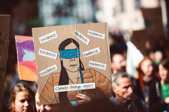 persone che manifestano con cartelli